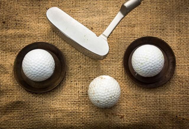 ゴルフボール3個とパター