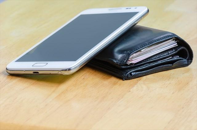 財布とスマートフォン