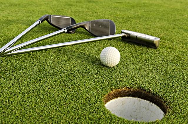 ゴルフクラブ3本とボール