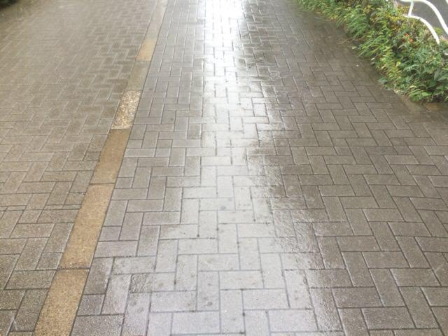 外は大雨...