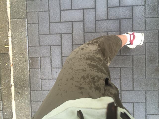 雨でズボンも濡れた