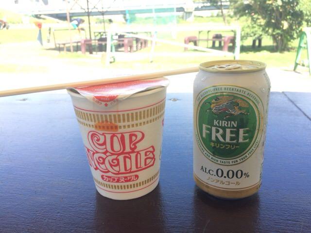 カップヌードルとノンアルコールビール