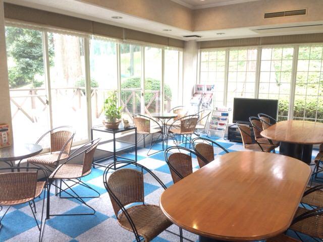 クラブハウス内のイスとテーブル