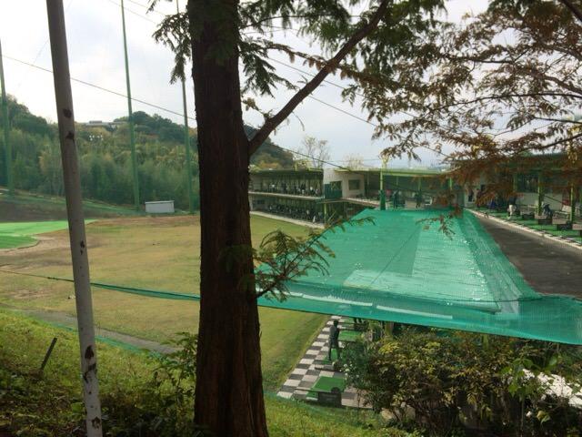左側にあるゴルフ練習場